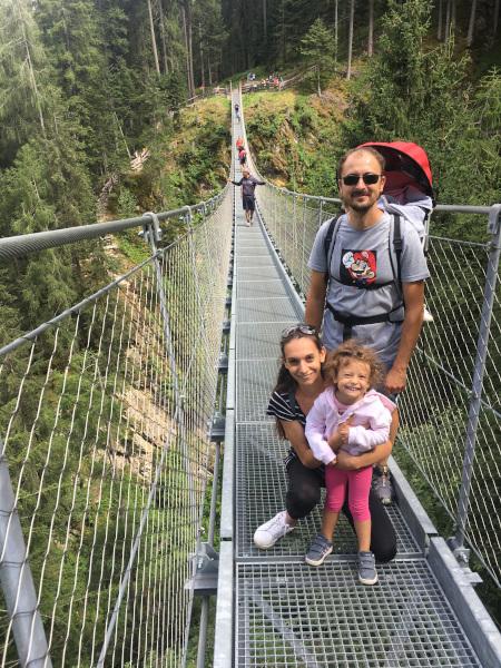 famiglia su ponte sospeso nel bosco