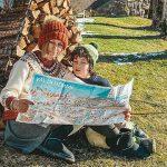 Mamma con bambino leggono mappa