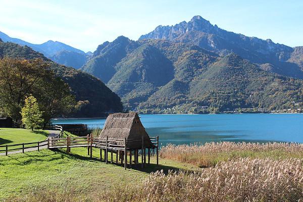 lago di Ledro con palafitta in primo piano