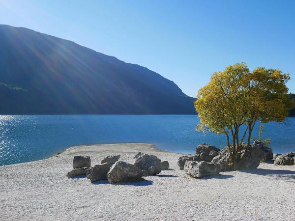 Lago con spiaggia di sassi