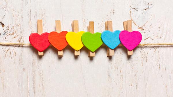 mollette di legno con cuori colorati