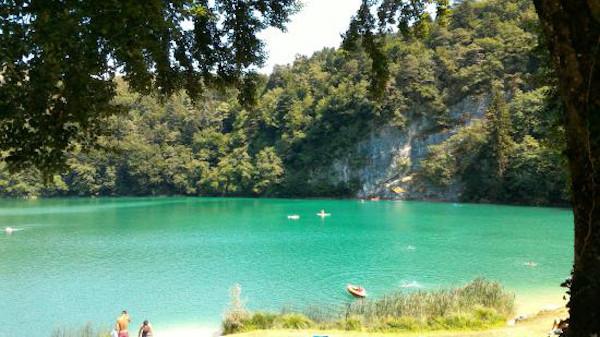 Lago color smeraldo circondato dal bosco