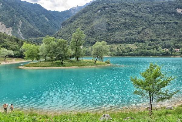 Lago con isolotto centrale