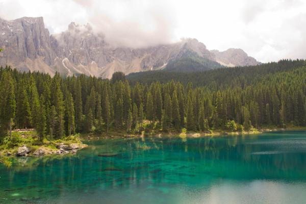lago dalle acque color smeraldo