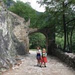 bambine sotto arco di pietra