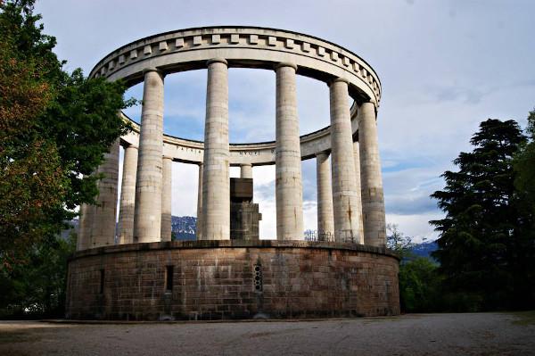monumento circolare costituito da colonne bianche