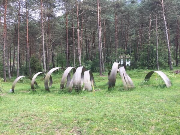 scultura di legno a spirale su prato