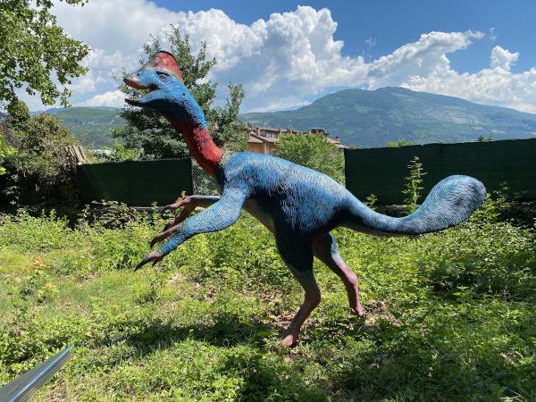 riproduzione di esemplare di dinosauro di colore azzurro