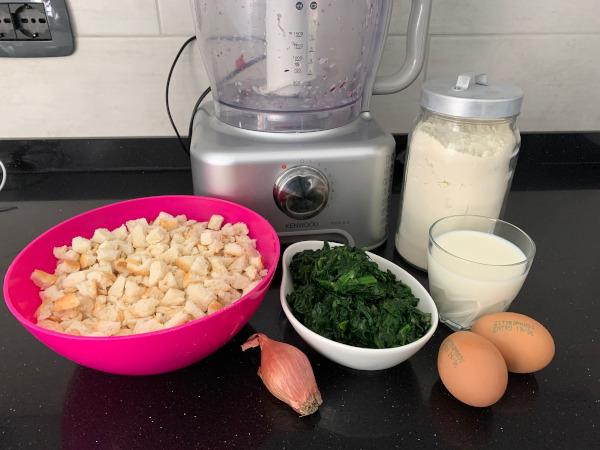 mixer cucina con farina, spinaci, uova, pane e latte