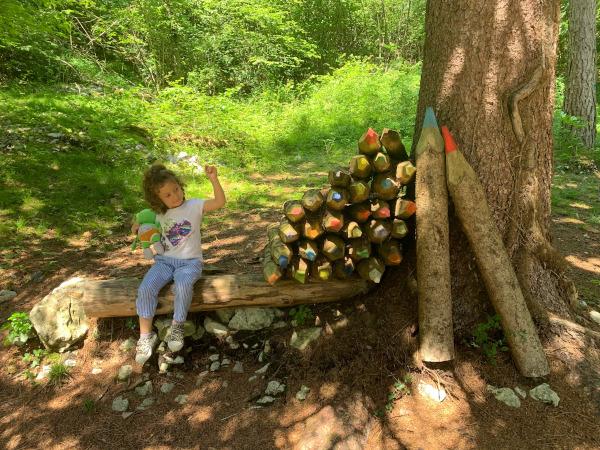 opera di legno a forma di matite con bambina