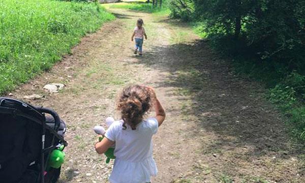 bambine su un sentiero con il passeggino il Trentino