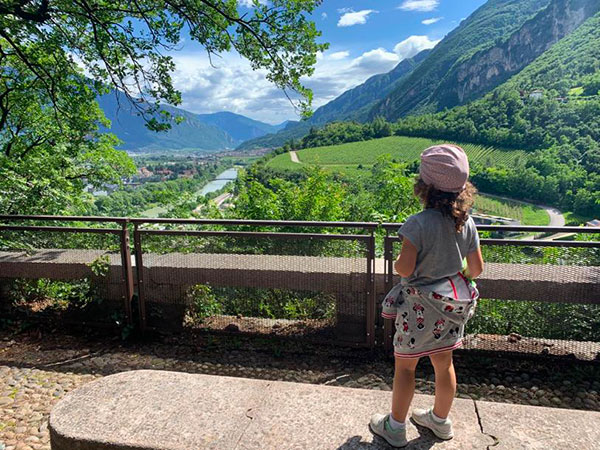 bambina guarda valle in Trentino