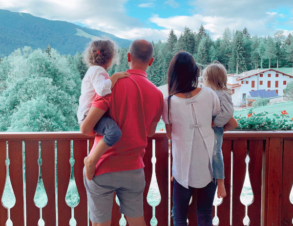famiglia che guarda il panorama dal balcone
