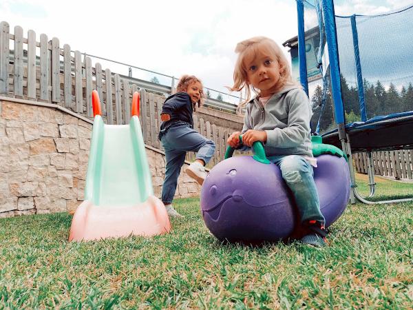 bambine che giocano nel parco