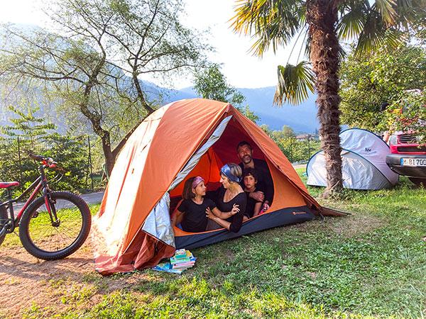 famiglia in tendda in campeggi oad Arco