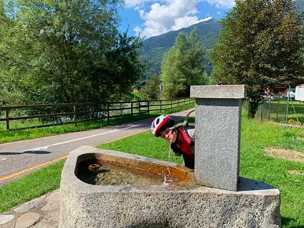 bambina che beve alla fontana