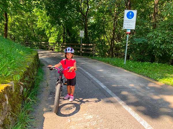 bambina in bici in Val rendena