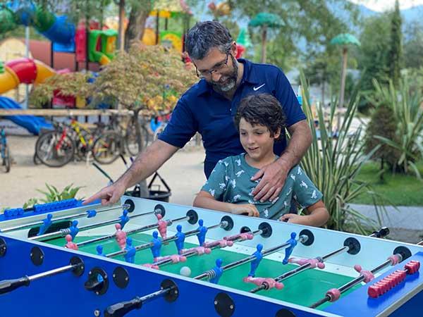 papà e bimbo giocano a biliardino