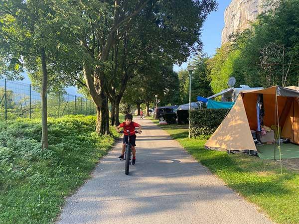 bimbo in bici in campeggio