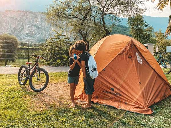 bambini vicino a tenda arancione