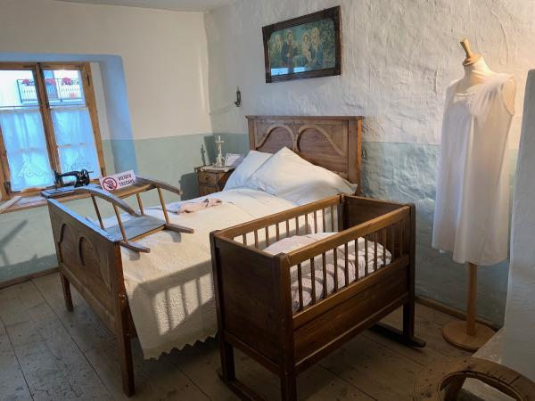 antica camera da letto con culla neonato