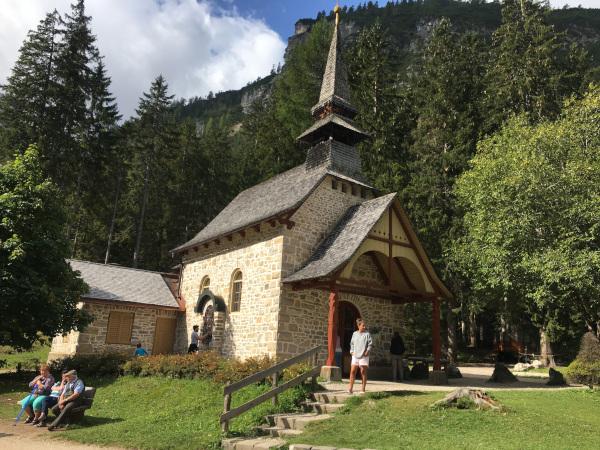chiesetta circondata da bosco