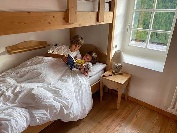 mamma e figlia leggono libro a letto