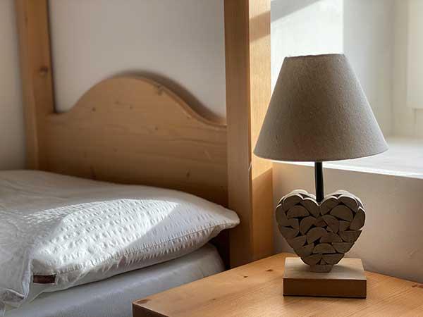dettagli camera, lapanda a cuore in legno