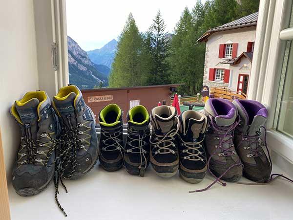 scarpe da trekking sul davanzale
