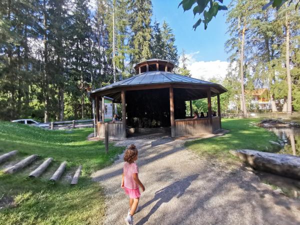struttura in legno che funge da inalatorio all'aperto