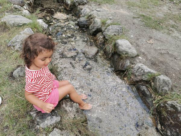 bimba coi piedini nel torrente