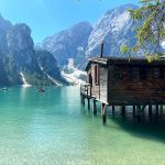 baita in legno in riva al lago