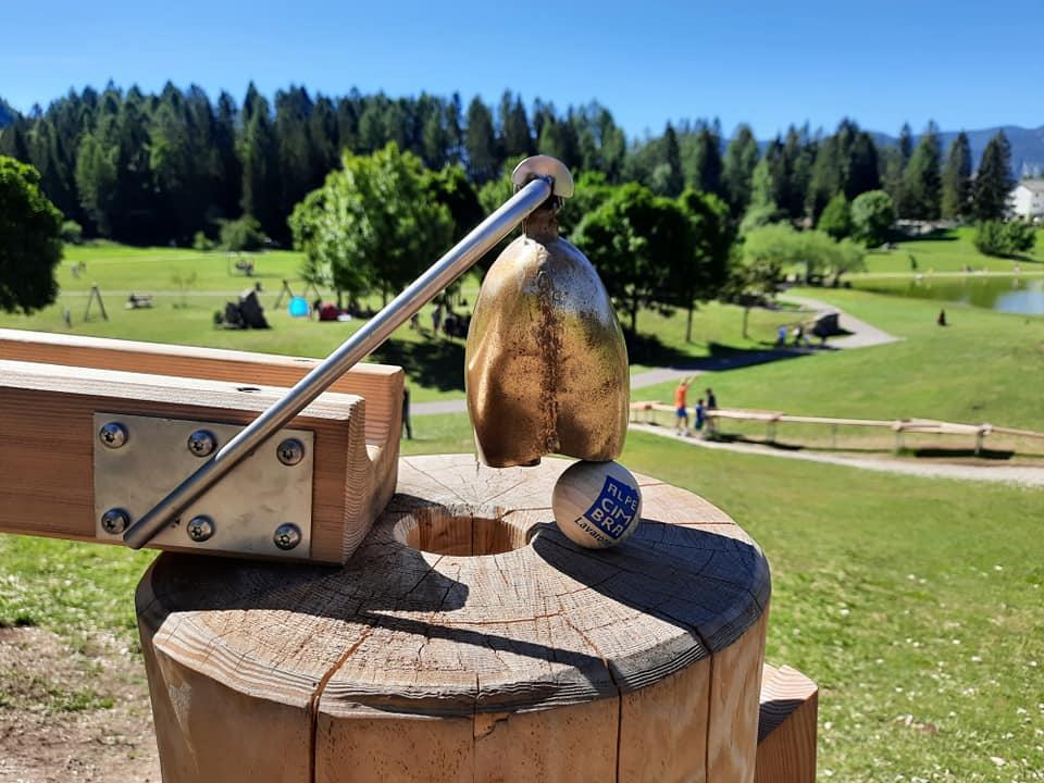pallina di legno sotto a campana