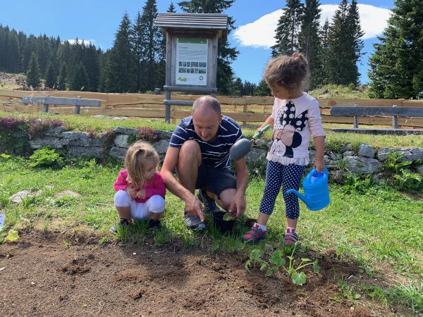 bambine che fanno l'orto