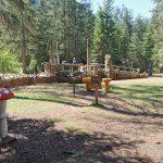 parco giochi in legno con pannelli didattici sul mondo del bosco