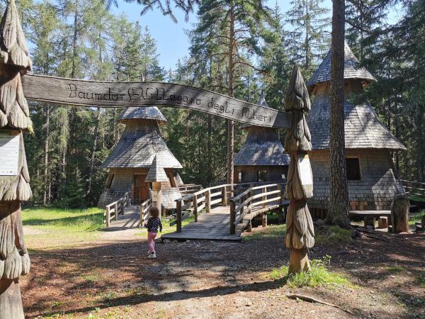villaggio con tre case alberi