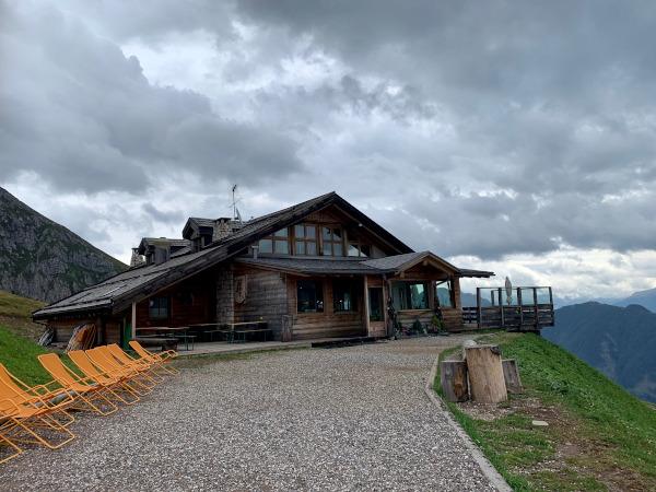 esterno di baita in legno con terrazza panoramica