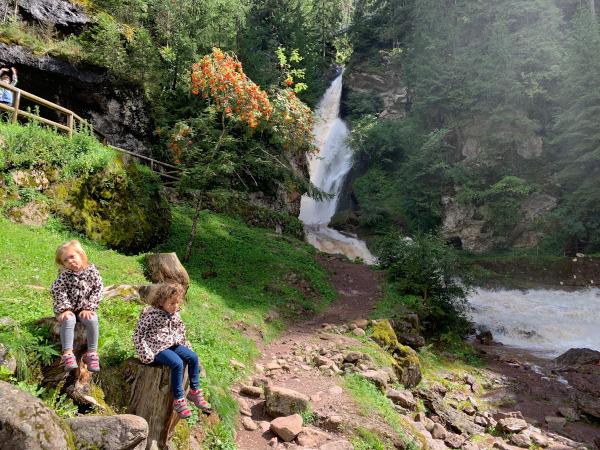 bambine sedute vicino a cascata