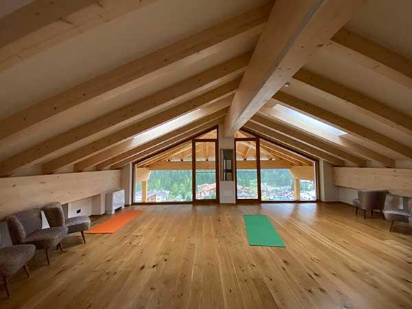 sala lettura in legno