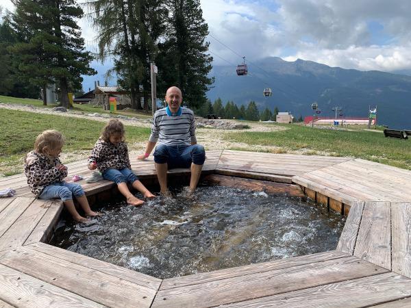 papà con bambine con piedi in vasca idromassaggio