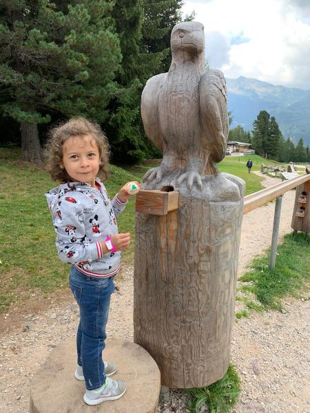 bambina con in mano biglia di legno