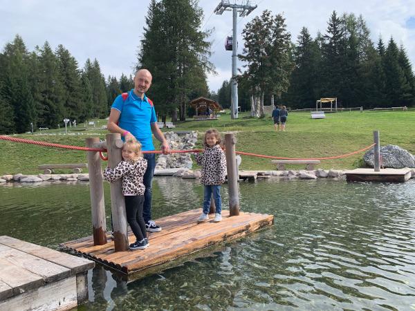 papà con bambine su zattera