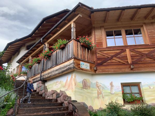 facciata di maso decorata con affresco