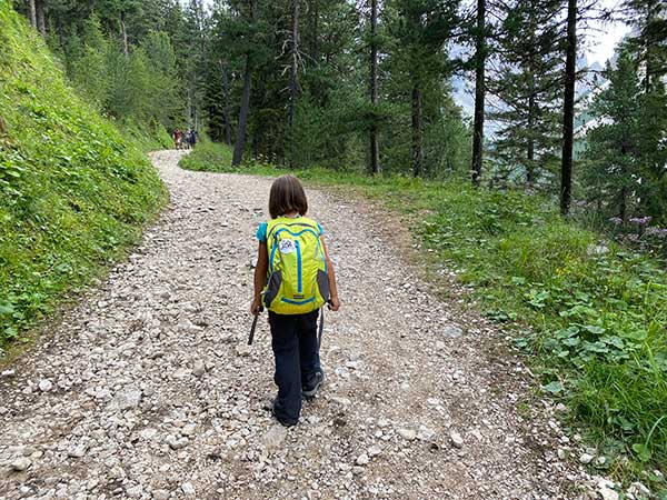 bambino su sentiero di montagna