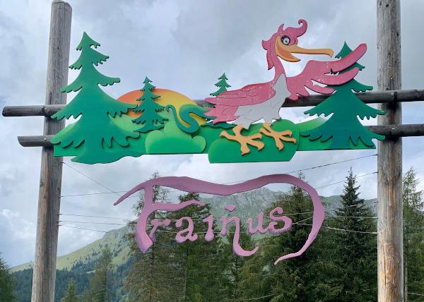 cartello con scritta Frainus e disegno di un uccello rosa
