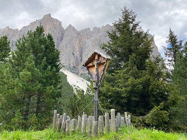 croce di legno in montagna