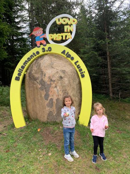 bambine davanti a uovo gigante