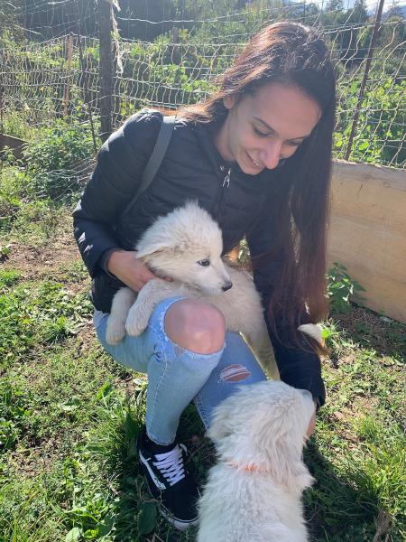 ragazza con cucciolo di cane in braccio