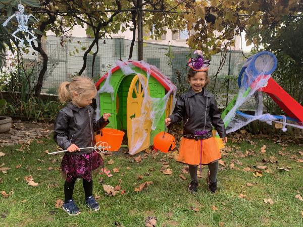 bambine vestite da streghette