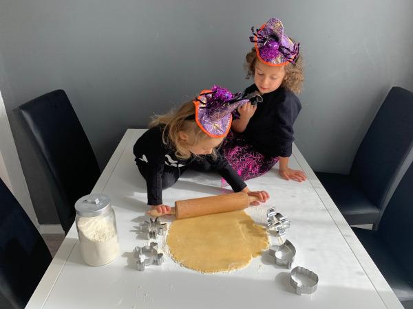 bambine impastano biscotti